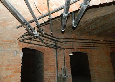 Rohinstallation der Heizungs- und Wasserrohre im Kellerbereich