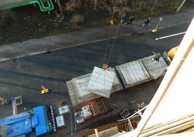 Kranhub eines vorgefertigten Betonteils für die Fußboden-/ Deckenkonstruktion