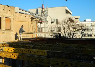 Einpassen des Betonfertigteils in die Fußboden-/ Deckenkonstruktion