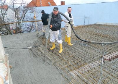 Handwerker beim Betonieren