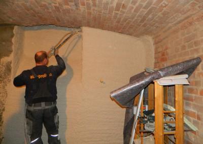 Aufbringen des Sanierputzes mittels Putzlanze nach erfolgter Abdichtung des Mauerwerks im Kellerbereich
