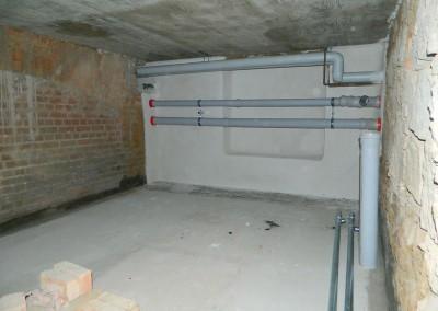 Neue Schleppleitungen für die Schmutzwasserentsorgung des Gebäudes