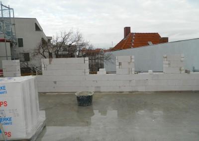 Beginn des Aufmauerns der Außenwände im Dachgeschoß