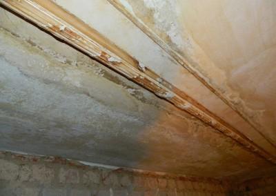 Sicherung eines historischen Stuckbandes in einem Wohnraum