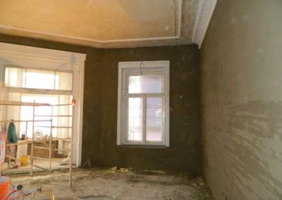 Beginn der Innenputzarbeiten in einem zukünftigen Wohnraum