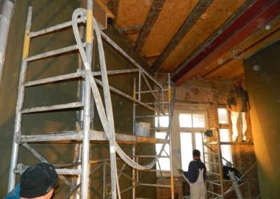 Handwerker bei den Innenputzarbeiten
