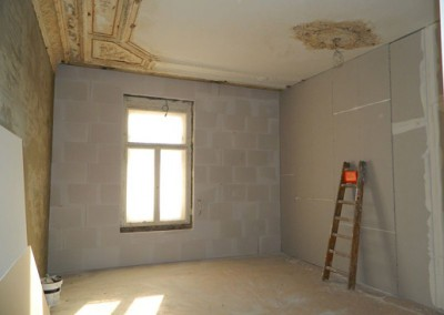 abgeschlossener Trockenbau in einem Wohnraum