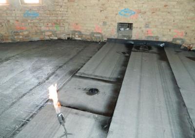 Verlegen von Bitumenschweißbahnen im Dachgeschoss