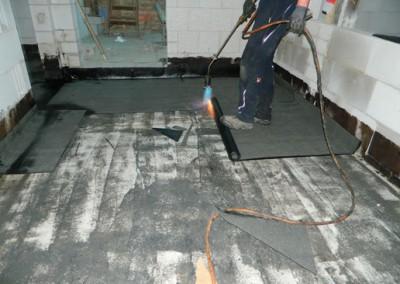 Handwerker beim Verlegen der Bitumenschweißbahnen