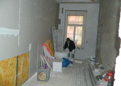 Handwerker beim Einbau der Multipor-Innendämmung