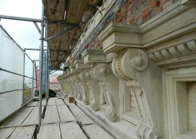 aufgearbeitete Sandsteinkonsolen der Strassenfassade