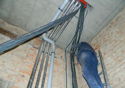 Elektriker beim Verlegen der Leitungen