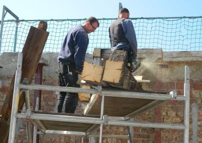 Zimmerleute beim Entfernen des Altdaches