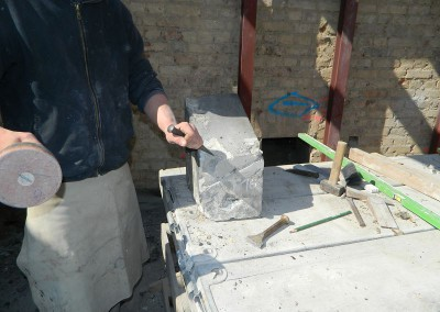 Steinmetze beim Bearbeiten der Sandsteinelemente