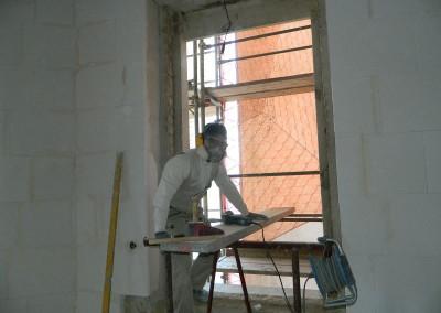 Handwerker beim Zuschneiden der Multipor-Innendämmung