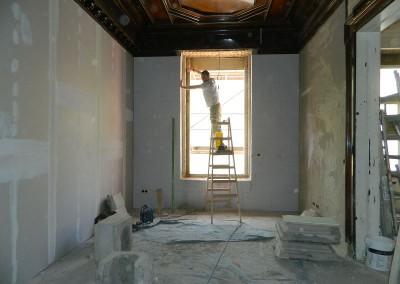 Handwerker beim Ausputzen der Fensterleibung