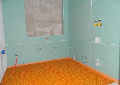 Hauptbad mit ausgelegtem unterbau für die Verlegung der Fußbodenheizleitungen