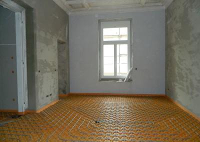 verlegte Heizschleifen der Fußbodenheizung