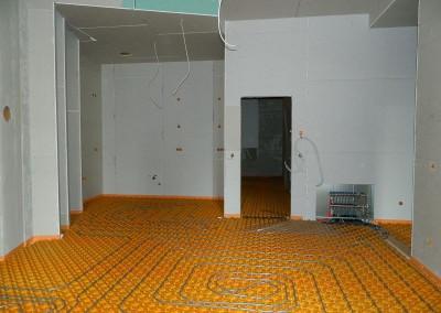 Wohnküche mit verlegten Heizleitungen