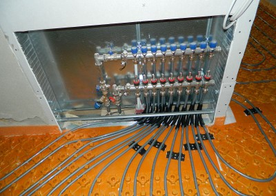 Heizkreisverteiler mit angeschlossenen Heizungssträngen