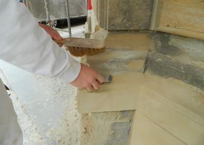 Schleifarbeiten an der aufgearbeiteten Sandsteinfassade