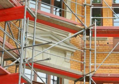 gesäuberte Sandsteinelemente der Hoffassade mit neuen Fenstern