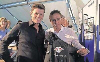 LIMES Wohnbau GmbH ersteigert Kleidungsstück für den guten Zweck
