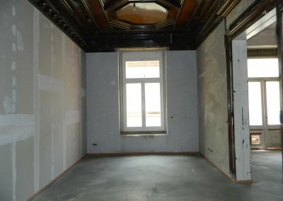 Wohnraum mit neuem Estrichfußboden, Multipor-Innendämmung und gespachtelter Trockenbauwand