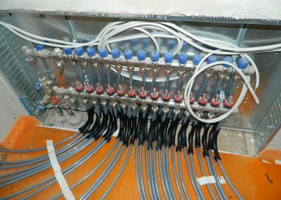 Ansicht der am Heizkreisverteiler angeschlossenen Heizleitungen
