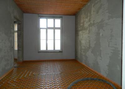Ein weiterer Wohnraum in einem Regelgeschoss mit verlegten Fußbodenheizleitungen