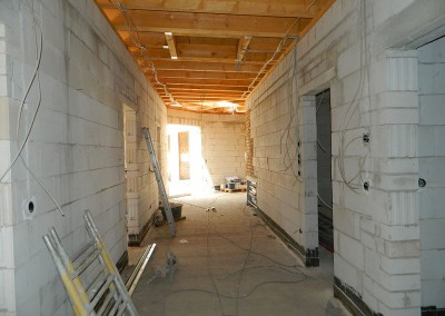 Weiterführende Verlegung von Elektroleitungen in der Diele einer Dachgeschosswohnung