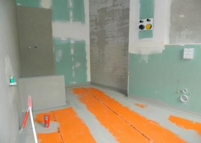 Vorbereiteter Fußboden in einem zukünftigen Hauptbad