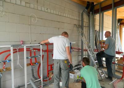 Heizung-, Lüftung-, Sanitärinstallateure bei der Arbeit im Dachgeschoss