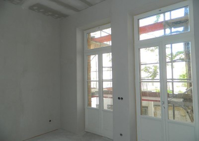Malermäßig vorbereitete Wände in einer Küche vor dem neuen Farbauftrag