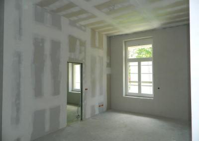 Ein weiterer Wohnraum in einem Regelgeschoss mit geschliffenen Wänden