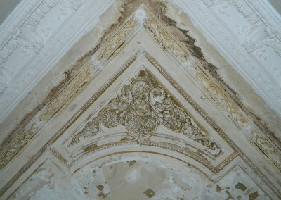 Detailansicht der Stuckerneuerung einer Decke