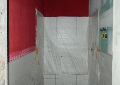 Komplett gefliestes Bad einer Apartmentwohnung