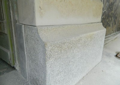 Aufgearbeiteter Granitsockel der Straßenfassade