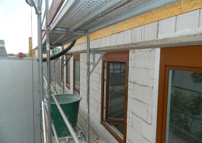 Hofseitige Fensterfront des aufgestockten Neubaus