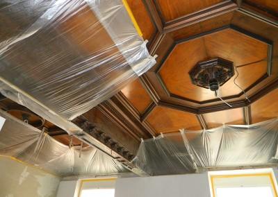 Schutz der historischen Holzdecke vor Beginn der Malerarbeiten