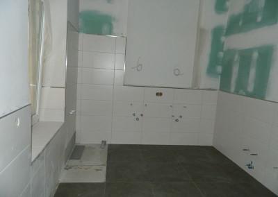 Ansicht eines weiteren gefliesten Bades in einem Regelgeschoss