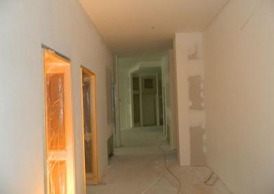 Gespachtelte und geschliffene Wände in einer Diele in einem Regelgeschoss