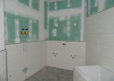 Hauptbad mit eingefliester Wanne