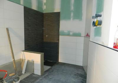 Hauptbad mit farblich abgesetzter Dusche