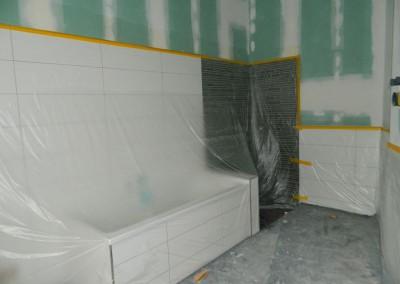 Ein weiteres Hauptbad mit eingebauter Wanne