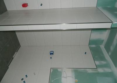 Abgeschlossene Fliesenarbeiten in einem Gäste-Bad einer Erkerwohnung