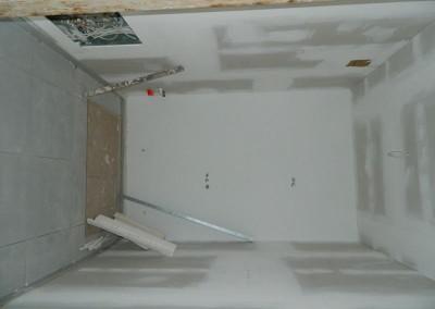Gespachtelte und geschliffene Wände einer Küche in einer Apartmentwohnung