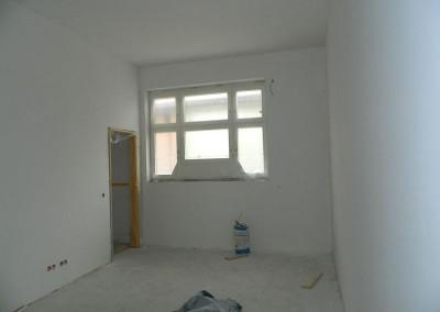 Schlafzimmer nach den Malerarbeiten in einem Regelgeschoss