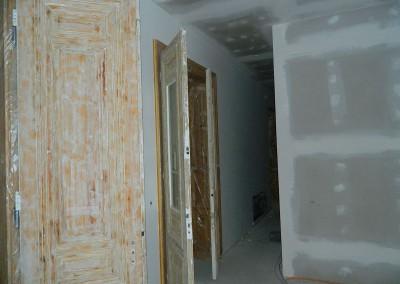 Einbau der historischen Kassettentüren vor Beginn der malermäßigen Aufarbeitung