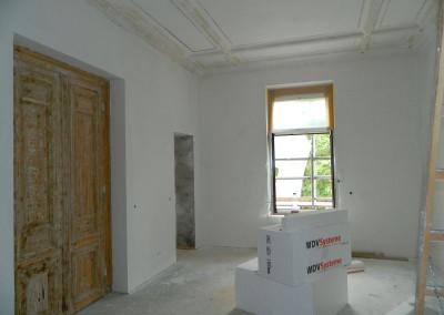 Eingebaute historische Kassettentüren vor einer Küche in einer Apartmentwohnung